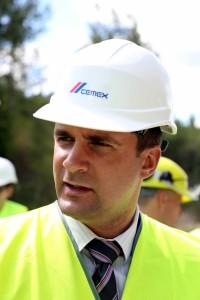 VAS Latvijas valsts ceļi valdes valdes priekšsēdētājs Jānis Lange piedalās mediju pasākumā, kurā informē par SIA ''Cemex'' eksperimentālo betona ceļu kaļķakmens karjerā ''Kūmas''.